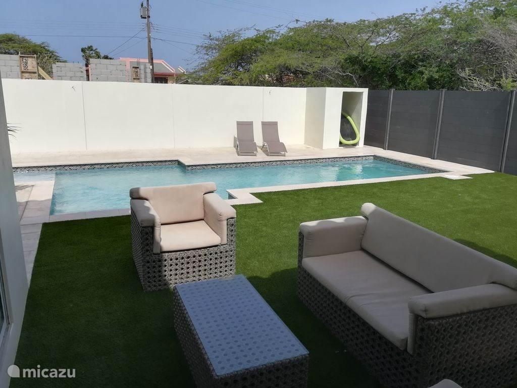 Großer privater Pool mit Kinderbecken und Sofa