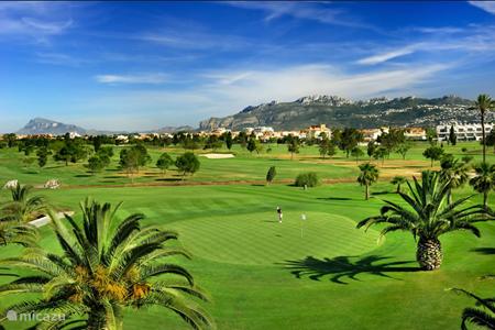 Oliva nova golf met op de achtergrond Monte Pego