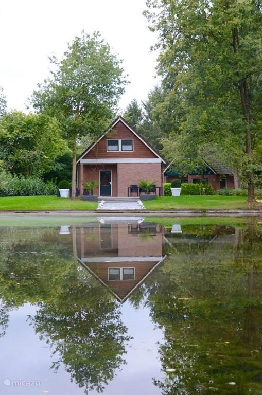 Dit is de achterkant van de woning. Heerlijk aan het water met verschillende zitplaatsen. Hier kun je lekker wakker worden.