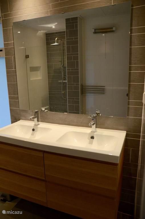 Deze badkamer is in 2016 uitgebouwd met een douche en een dubbele wastafel.  Het toilet heeft een aparte ruimte.
