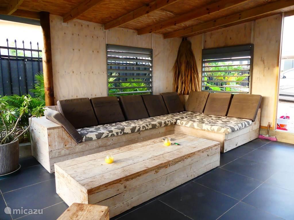 De heerlijke loungeset bij het appartement