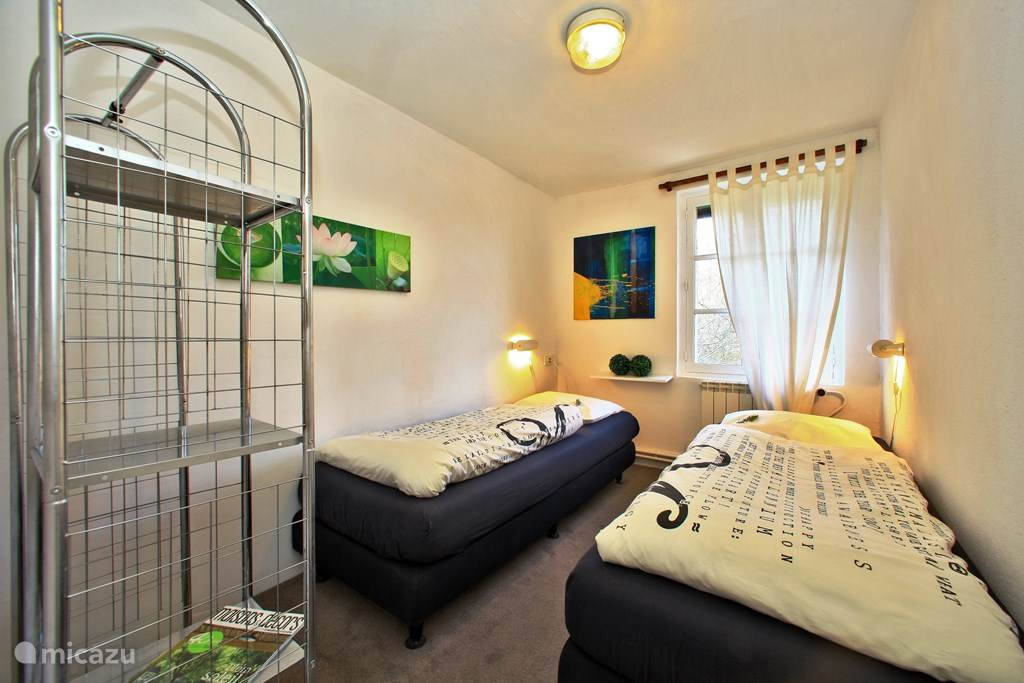 Kinderslaapkamer. De slaapkamers hebben luiken waardoor je fijn kunt uitslapen.
