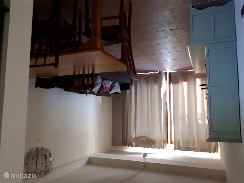 woonkamer gezien vanaf open keuken