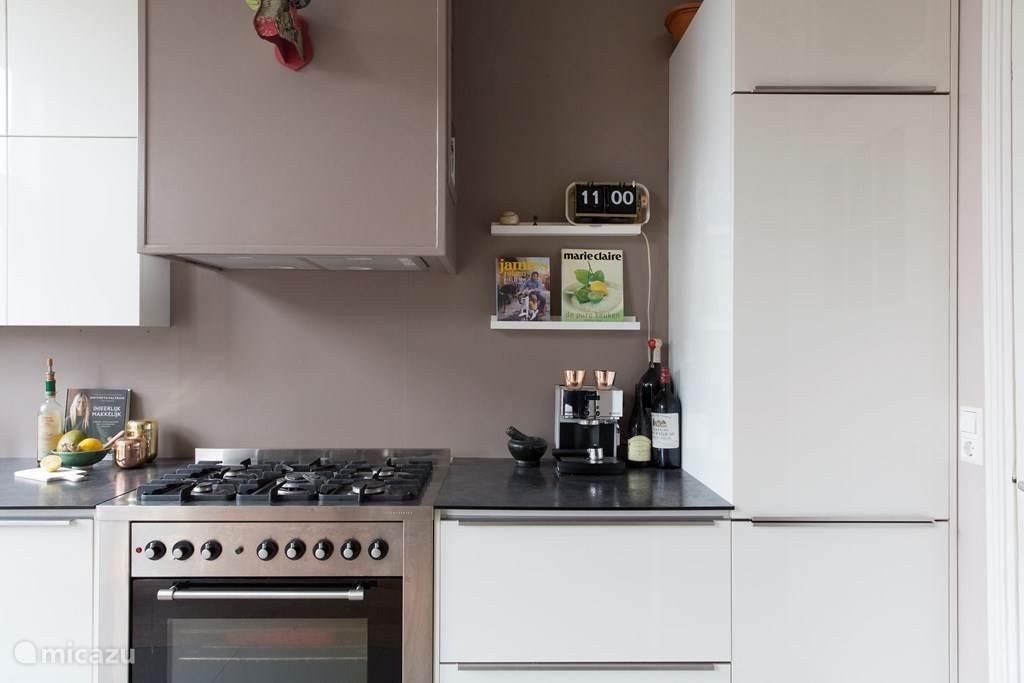 keuken met 5-pits gasfornuis, oven, koelkast, vriezer, Nespresso koffie machine, waterkoker etc