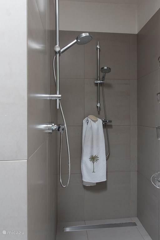 Onze badkamer beschikt over 2 douches