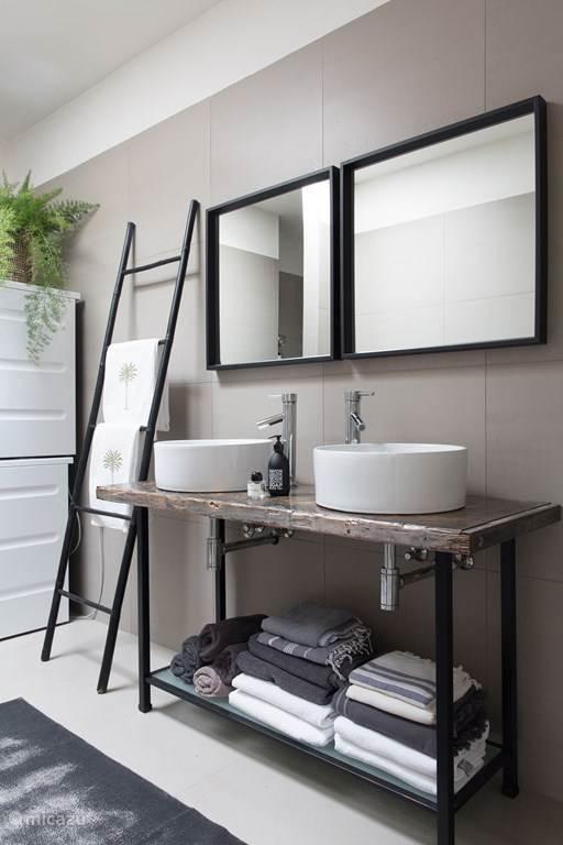 ruime badkamer met 2 wastafels en 2 douches