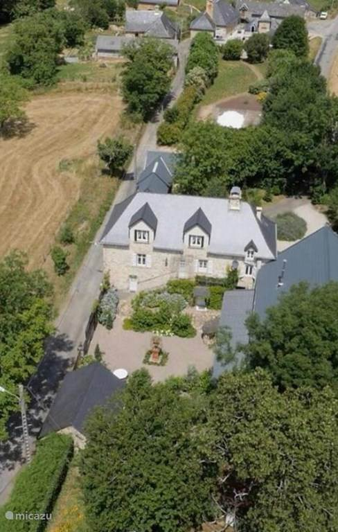 luchtfoto van de gerestaureerde boerderij.