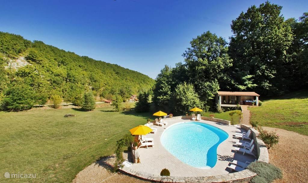 Het verwarmde zwembad ligt op afstand van de huizen en heeft een alarm.