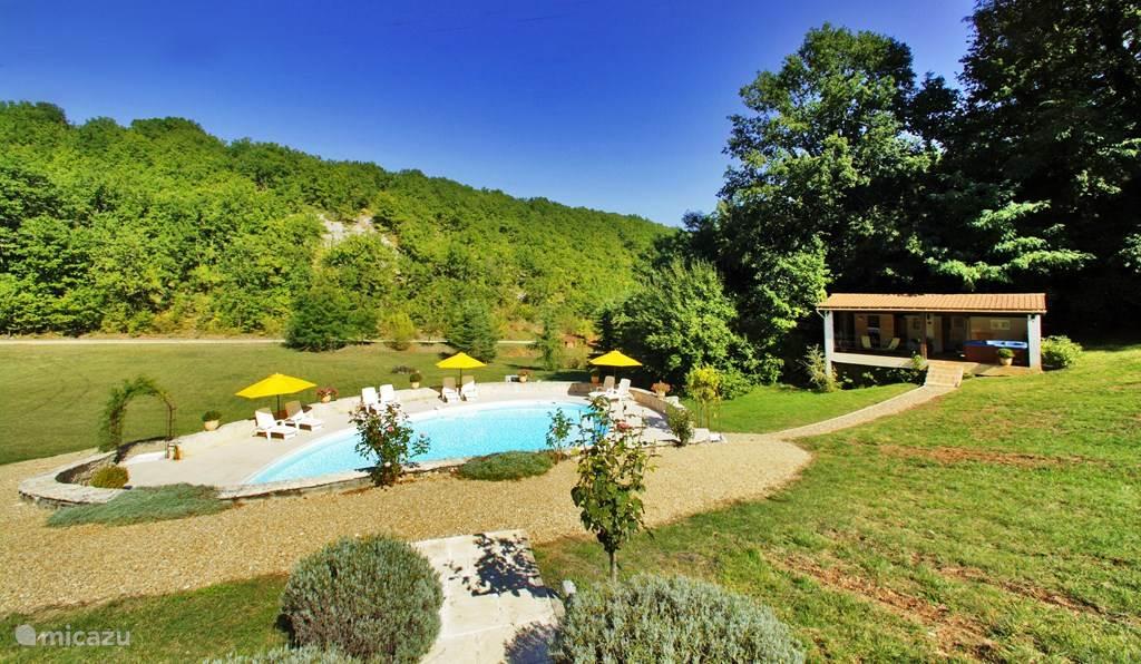 Het uitzicht op het zwembad, sauna en jacuzzi