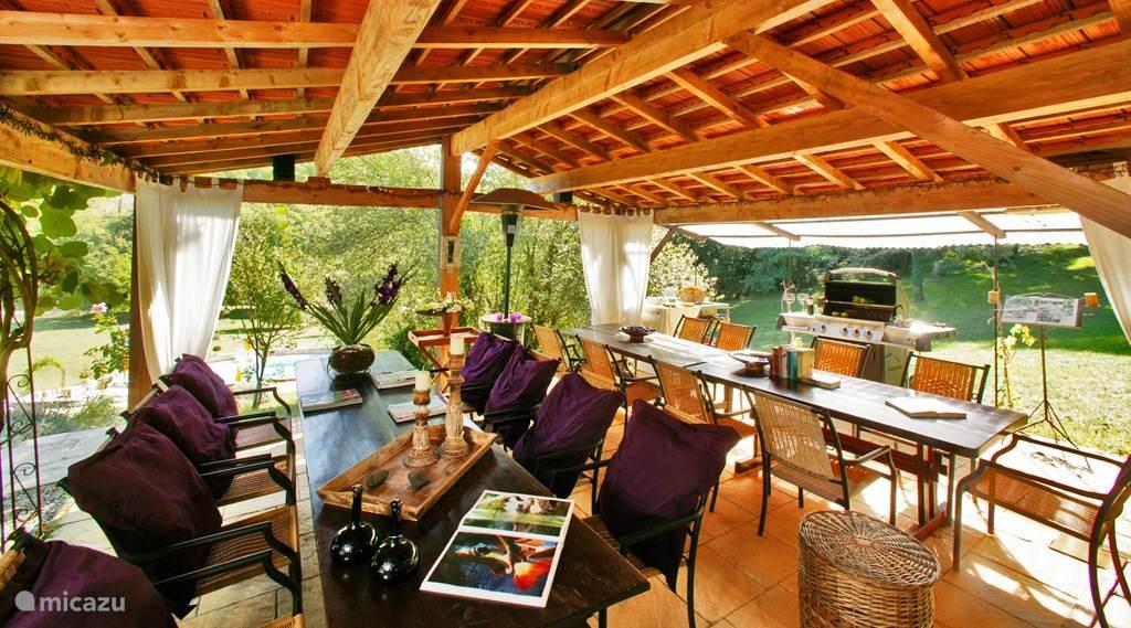 Gemeenschappelijk terras met buitenkeuken. Een fijne ontmoetingsplek om te eten, borrelen, een boekje te lezen.