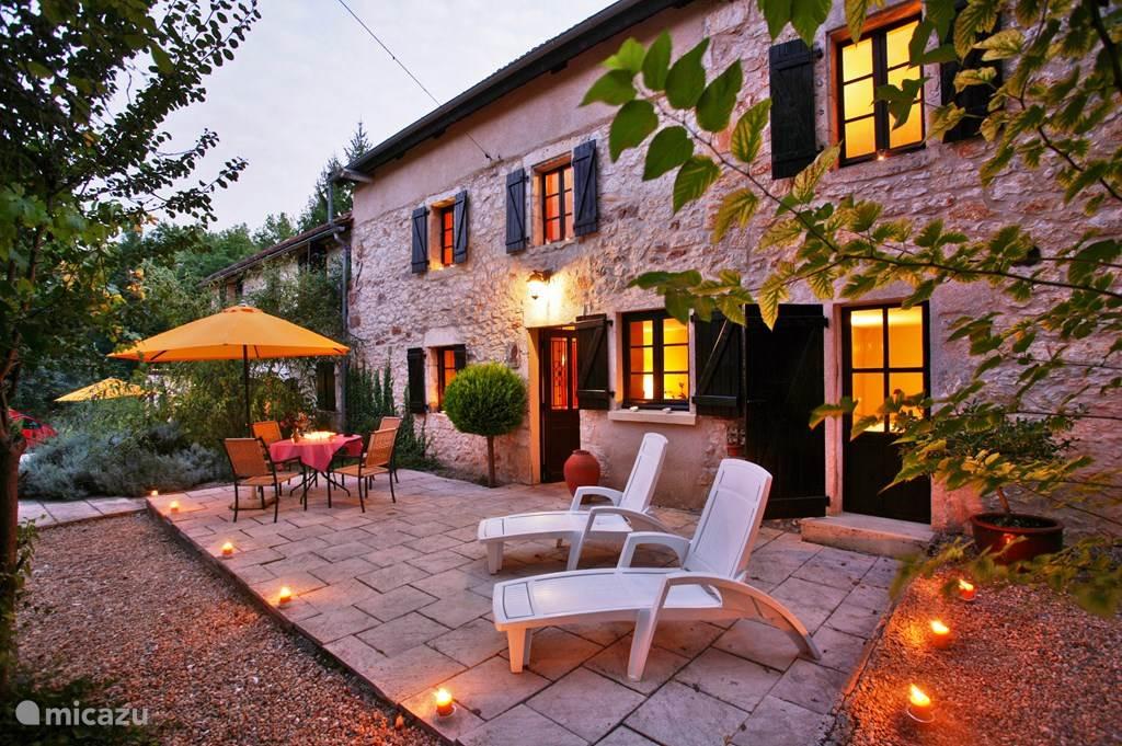 Het terras van uw vakantiehuis met eettafel en 2 ligstoelen