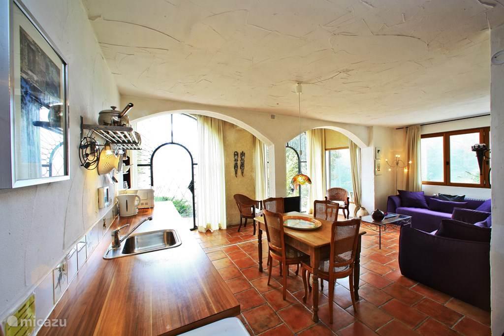 Open keuken met eettafel en daarnaast het zotgedeelte van de woonkamer.