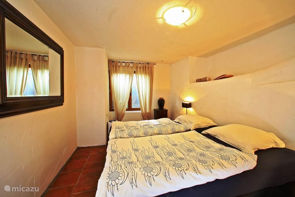 Slaapkamer met comfortabele boxspringbedden.