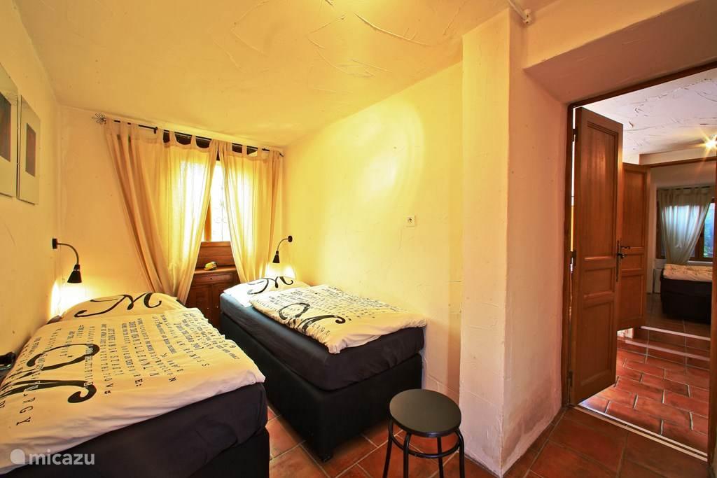 Slaapkamer met 2 eenpersoonsbedden. De slaapkamers hebben luiken waardoor je fijn kunt uitslapen.