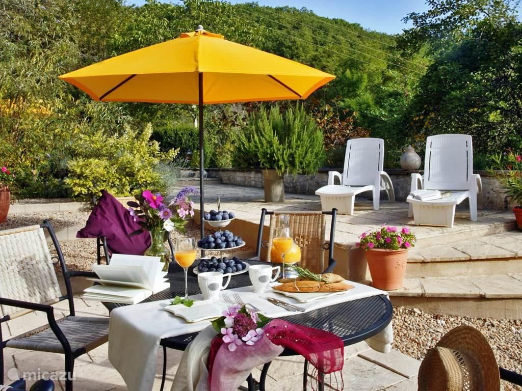 Ieder vakantiehuis heeft een priveterras met tafel, stoelen en 2 ligbedden.