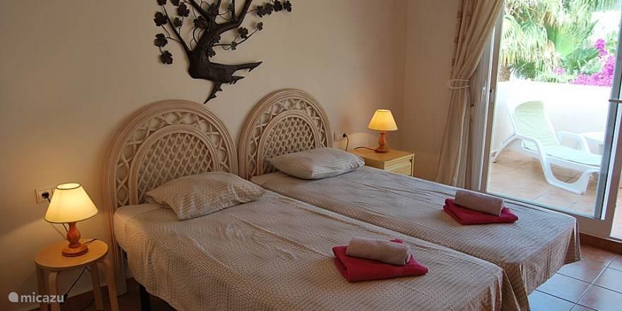 De master bedroom met groot prive terras waar je uitzicht over de bergen en zee hebt.