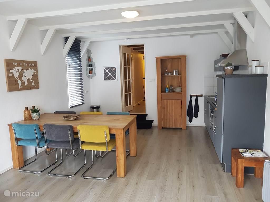 Keuken met eetkamer tafel
