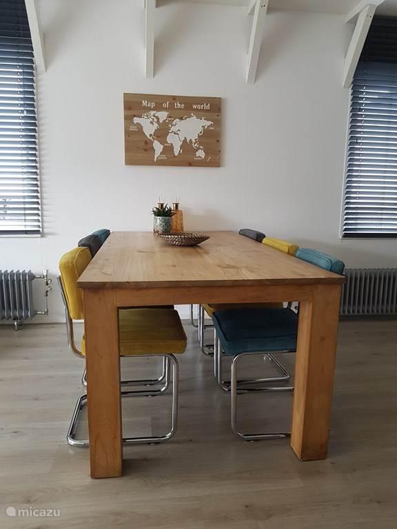 Eetkamertafel voor 4 personen, kinderstoel is aanwezig.