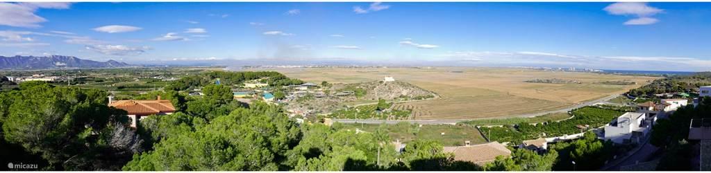 Uitzicht vanuit villa over bergen, rijstvelden en zee