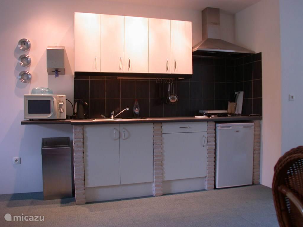 Keuken : koelkast, gaskookplaat, Senseo koffiezetappparaat