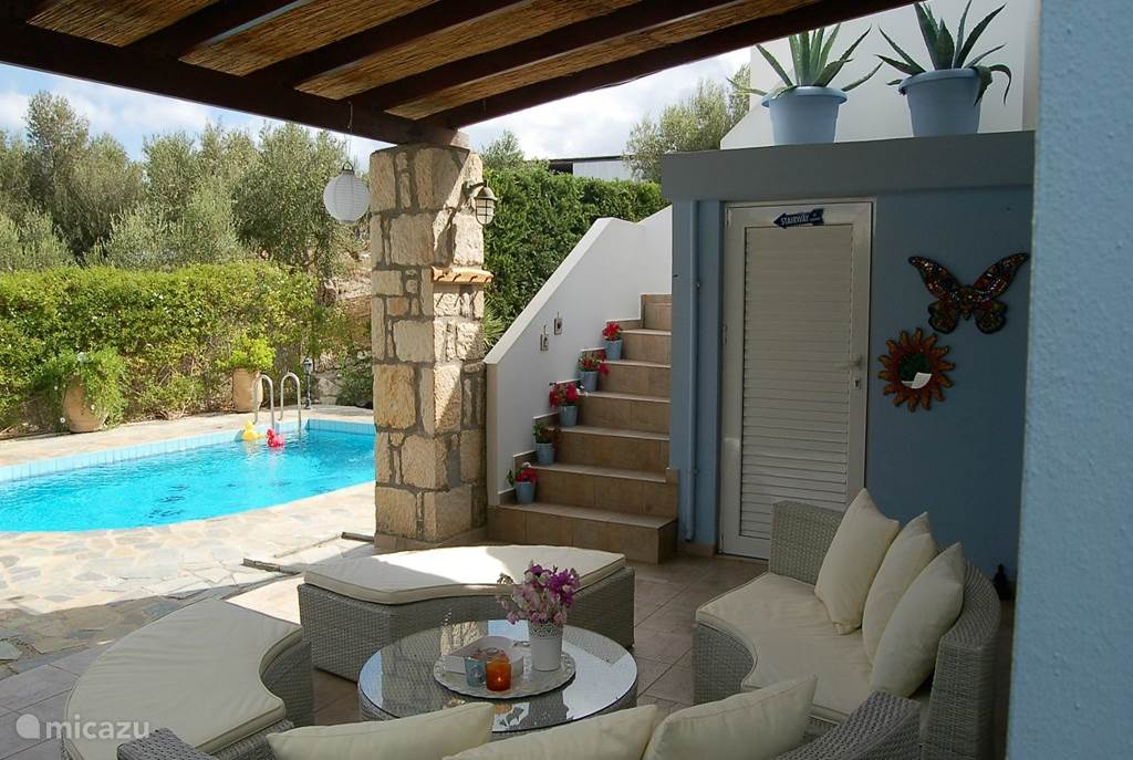 Villa estia met priv zwembad in loutra kreta huren micazu for Zwembad prive