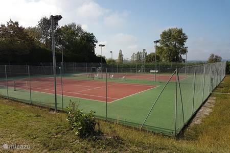 Tennisbaan in Brossac,