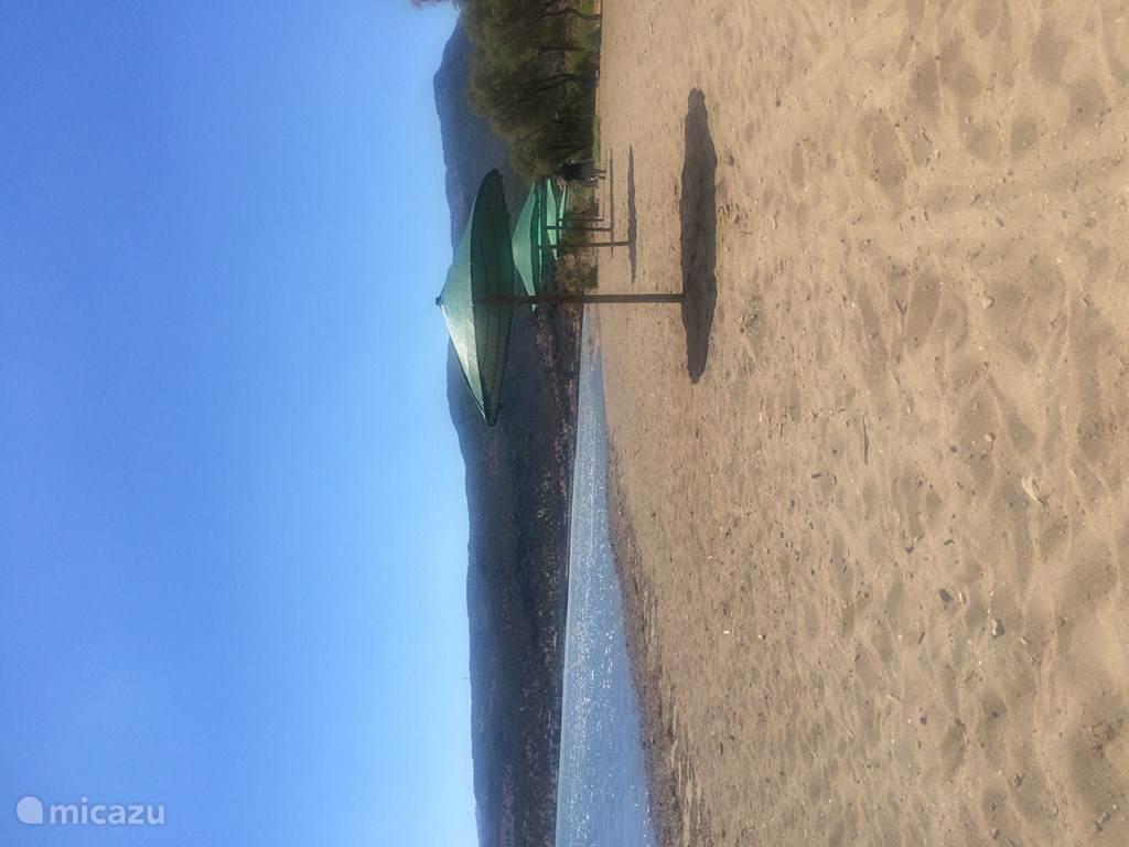 Het strand bij KALONI VILLAGE Holiday Houses