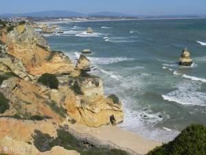 rotsstrand aan de kust