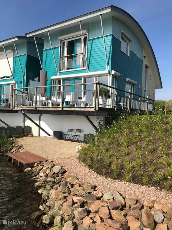 Vakantiehuis Nederland, Gelderland, Maasbommel vakantiehuis Luxe waterwoning met aanlegsteiger