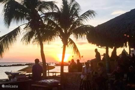 Dit zijn de leukste Happy Hours op Curacao