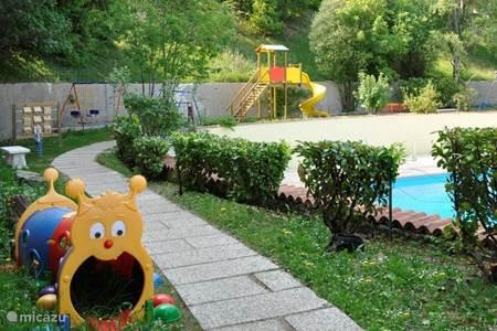 Zwembad en speeltuin