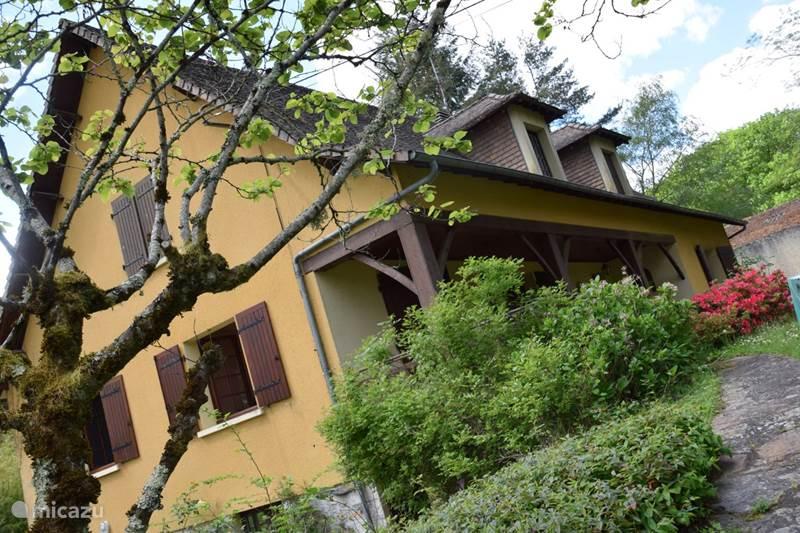 Vakantiehuis Frankrijk, Dordogne, Saint-Estèphe Vakantiehuis Het gele huis bij het kasteel