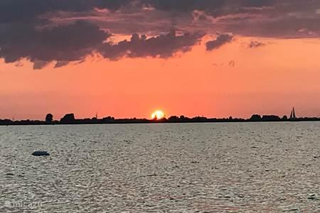 Ondergaande zon bij ons voor aan de Fleussen!