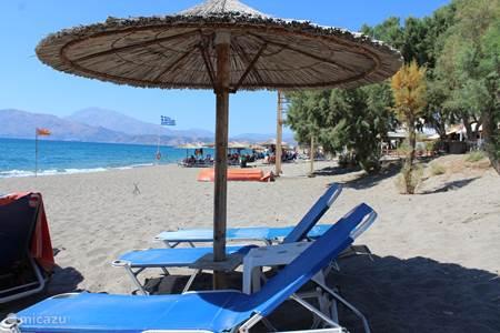 Het strand van Kalamaki met zijn gezellige boulevard