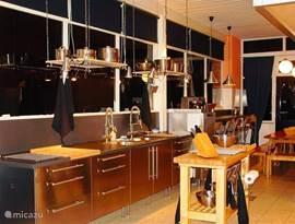 een fantastische keuken met alle ruimte en u grijpt nooit mis 2 american koelkasten een professionele vaatwasser die in 3 minuten wast en droogt