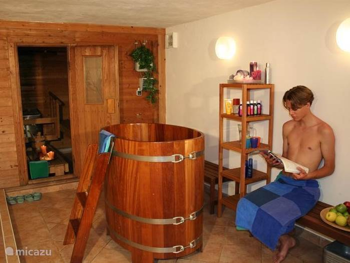 After a day outside inspanndne relax in the large sauna with cold plunge bath, hot tub and warm relaxation area