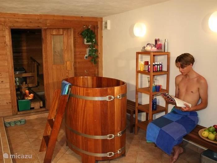 na een inspanndne buiten dag heerlijk ontspannen in de grote sauna met koude dompelton, heet bubbelbad en warme relaxruimte