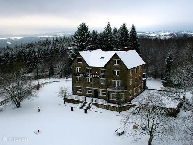 schitterend landhuis in de sneeuw vanaf de belvedere gezien meestal 3 maanden sneeuw hier vanwege de hoge ligging!