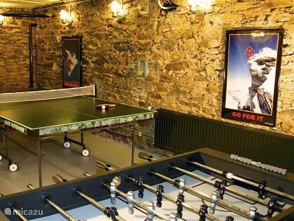 gezellige ontspanningsruimte met voetbaltafel pingpongtafel en sjoelbak