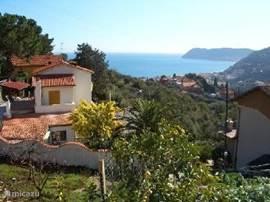 bella vista, uitzicht op de studio links onder en een indruk van de ligging van villa la bella vista.