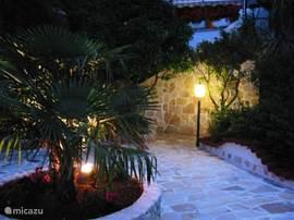 romantische tuin by night van la bella vista.