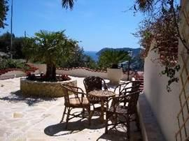 De studio heeft een grote tuin met alle bijbehorende meubels, barbeque, zonneschermen en bomen. Prachtig uitzicht op zee.