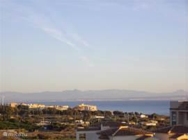 uitzicht van het grote terras, bergen guardamar en de zee