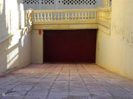 onder in het gebouw bevindt zich onze garage, in het apartement vindt u de automatische deuropener