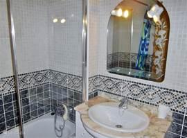 badkamer 2 met ligbad en douche, toilet ,bidet en wastafel