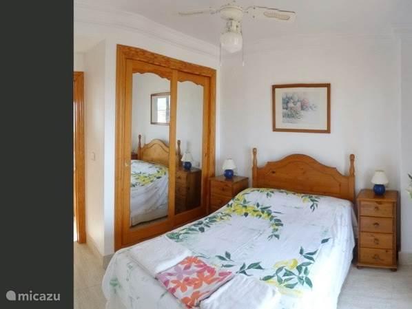 hoofsslaapkamer met inbouwkast, badkamer en terras van 27m2 met zeezicht