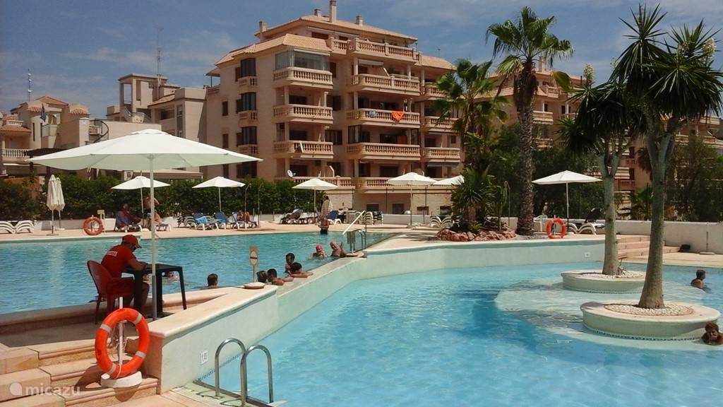 zwembad in de residentie, met 3 zwembaden, kleedruimtes, wc, douches, ehbo, badmeester, lisstoelen en parasols en bar met restaurant.