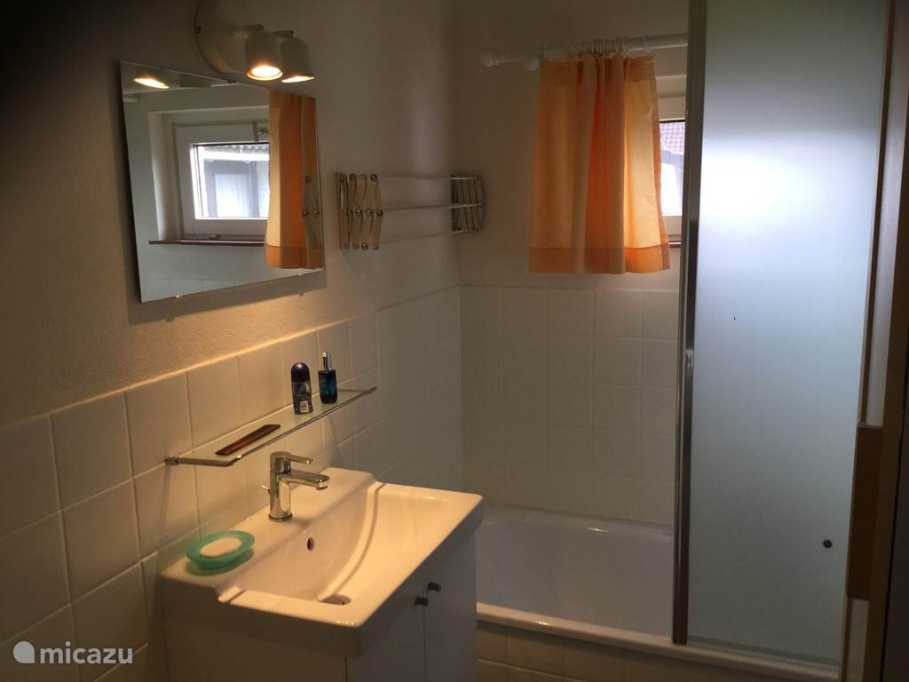 Pas douche en nieuwe lavabo geïnstalleerd.