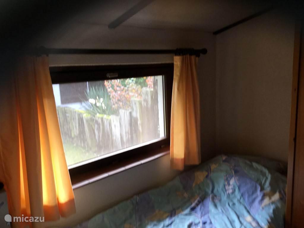 Slaapkamer met 2 eenpersoonsbedden.