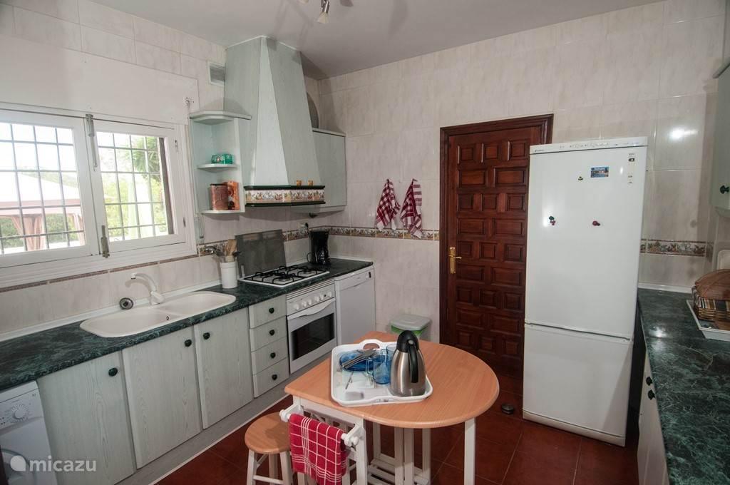 keuken: magnetron, dampkap, gas kookvuur, elektrische oven, frigo, diepvries, vaatwas, wasmachine, fruitpers, mixer, strijkijzer, ...